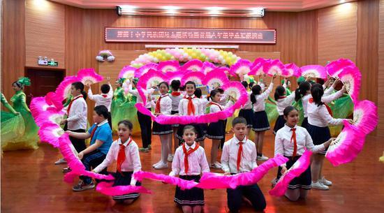 图为第四十小学师生们共同表演的节目。