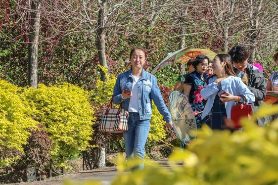 当日,新疆呼图壁县第四届海棠花季乡村文化旅游节在该县二十里店镇香妃海棠园开幕,近万名游客陆续来到活动现场赏花、品美食、参与百人麦西来甫等丰富多彩的项目。据了解,此次活动将持续到5月3日。