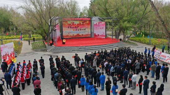 """5月4日上午,由乌尔禾区团区委组织的以庆祝新中国成立70周年暨""""青春心向党•建功新时代""""为主题的纪念五四运动100周年大会活动在乌尔禾宝石光剧场开展。"""