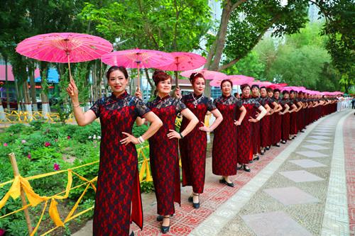 库尔勒近百名模特着旗袍孔雀河畔走秀