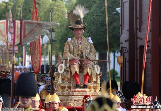 泰国国王哇集拉隆功巡游曼谷老城区 接受上万民众祝贺