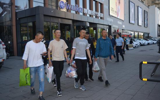 新疆森林消防总队新训大队组织新消防员集体外出