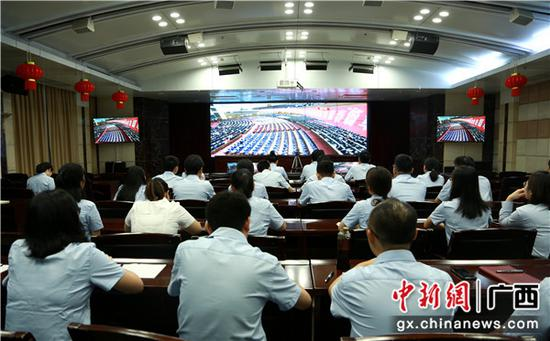邮储银行广西区分行全辖团员青年收听收看纪念五四运动100周年大会,图为区分行会场。