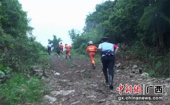 图为救援人员进山搜救。消防供图