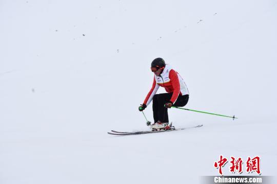 """新疆富蕴县可可托海冰雪""""超长待机""""迎滑雪爱好者"""