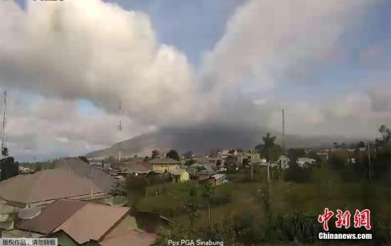 印度尼西亚锡纳朋火山喷发 当地暂未传出伤亡报告