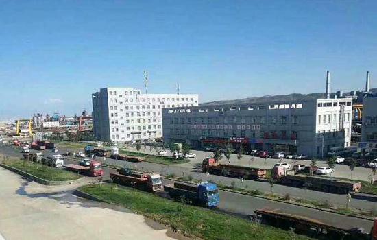中国西部物流总部基地是乌鲁木齐市唯一一家以轻重型卡车(机械)为主要服务对象的大型综合物流园。