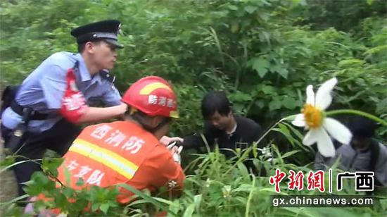 图为找到被困人员。消防供图