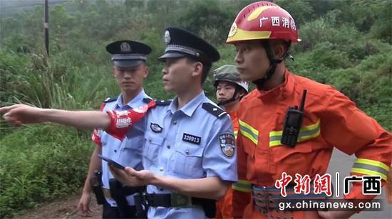 图为救援人员通过微信定位,确认被困人员大概位置。消防供图