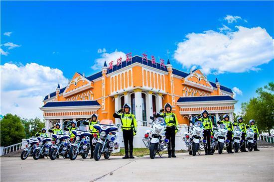 十名骑警亮相布尔津县街头执勤