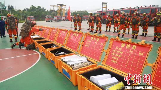 100名消防指战员集结开展地震拉动演练