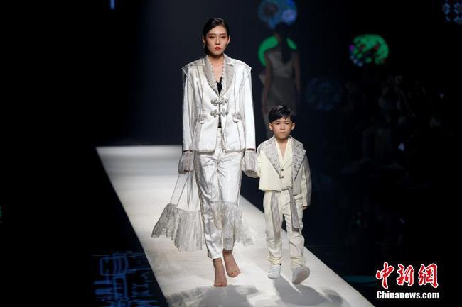 广西南宁上演壮锦纹饰时装秀