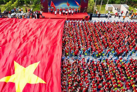 伴隨著《我愛你中國》的歌聲,一幅超過1000平米的國旗覆蓋全場。楊偉興攝