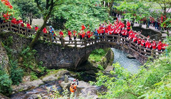 開幕式后,各團隊抵達徒步活動起點巖頭鎮岙底村,沿著昔日中國工農紅軍第十三軍的足跡到達大若巖鎮大東村,全程近12公里。楊偉興攝