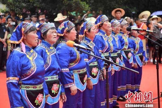 广西小镇上演民俗秀 民众近距离感受蓝衣壮非遗文化