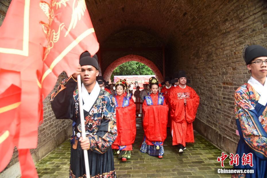 """柳州六对新人在明代城门下举办""""明制""""婚礼 传统习俗""""吸睛"""""""