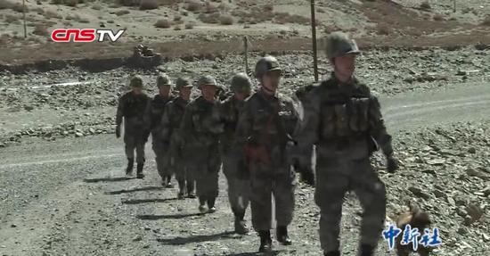 """边防官兵偶遇""""雪山之王"""" 老兵:野生动物也是保护的一份子"""