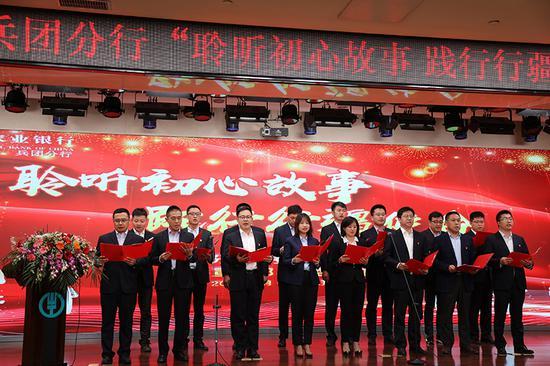 图为农业银行全体援疆交流干部合唱《团结就是力量》。 桂明福 摄