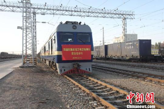 南疆铁路实现万吨货物列车常态化开行。 吴奇 摄