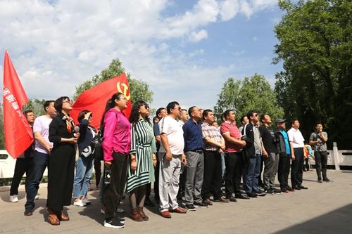 来自新疆驻河南新疆籍人员服务管理工作组的30多名党员在愚公移山雕像前集体诵读《列子·汤问》中的《愚公移山》。