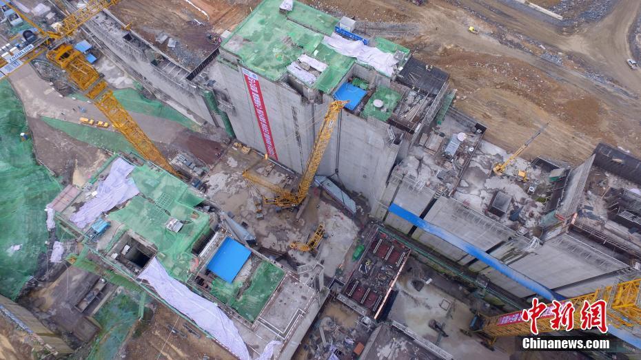 航拍广西大藤峡水利枢纽 世界最高船闸闸门启动安装