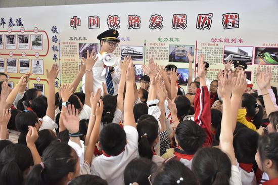 百名學生齊聚縉云西站走讀中國鐵路發展歷程