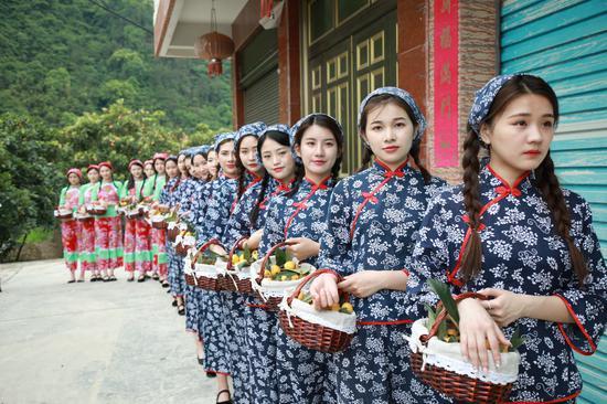 首届丽水枇杷文化摄影节举行 30颗枇杷拍出888