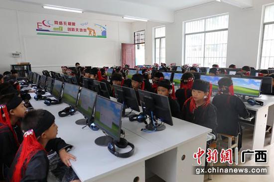 图为东山乡中心小学学生在计算机教室上信息技术课。