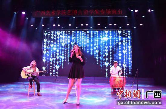 图为外国留学生专场演出现场。
