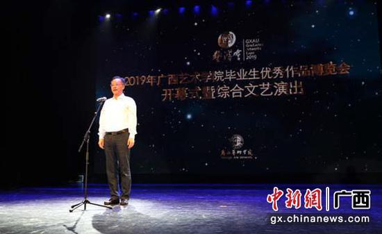 图为黄俊华宣布活动开幕。