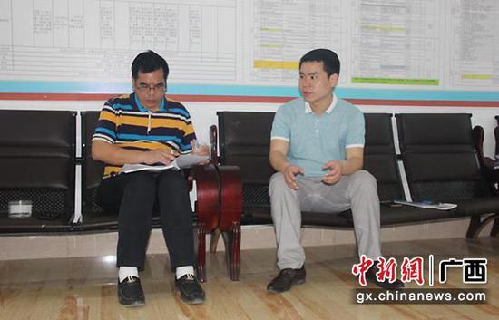 图为兰桂宁接受采访。