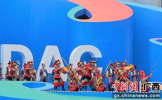 广西艺术团在主舞台表演