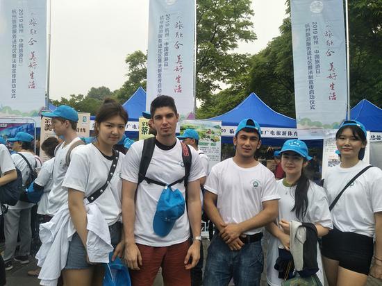 参加体验游的在杭外国友人  施杭 摄