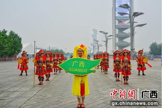广西艺术团为观众带来铜鼓舞、扁担舞等壮族舞蹈。
