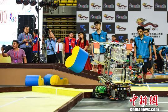 中国南方大学生在广西进行机器人对决 越障方式各显神通