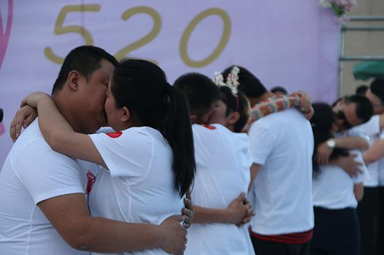 新疆库木塔格沙漠景区举办热吻大赛