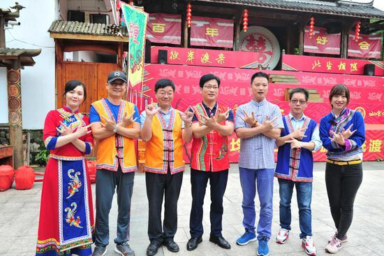 图为:华文媒体记者着畲族服饰合影。  张茵 摄