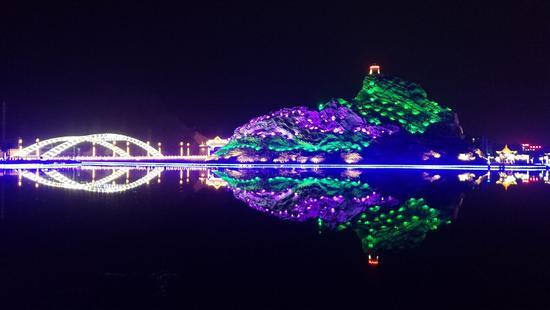 炫彩新疆乌什县夜景 好景融入泉水文化