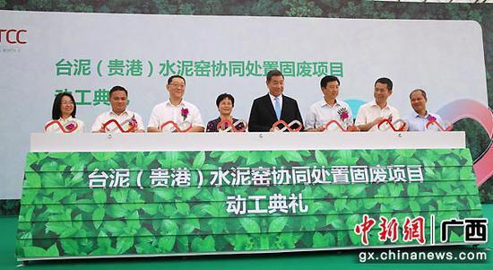 图为李东兴(左四)、张安平等出席启动仪。蒋雪林  摄