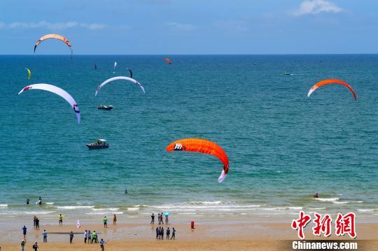 亚洲风筝板锦标赛在广西北海举办 彩帆飘扬成美景