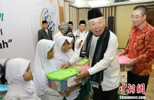 印尼中國商會聯合宗教文化團體與當地孤兒同開齋送祝福