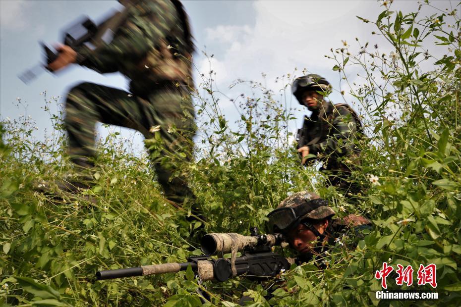 """广西南宁武警野外训练 锻造""""反恐利刃"""