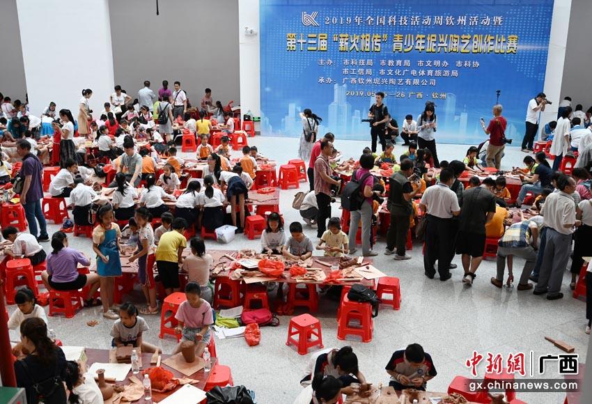 """第十三届""""薪火相传""""青少年坭兴陶艺创作比赛在广西钦州举行"""