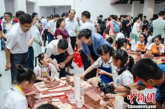 广西钦州数百青少年学生同台比拼陶艺