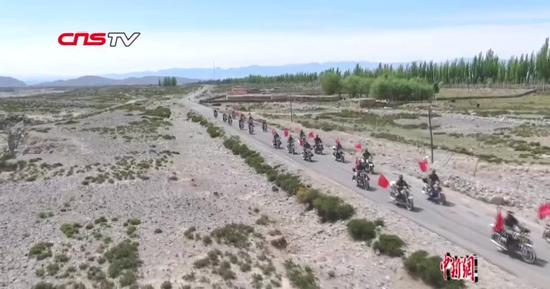 新疆牧民组建摩托车护边队 成边境线上风景