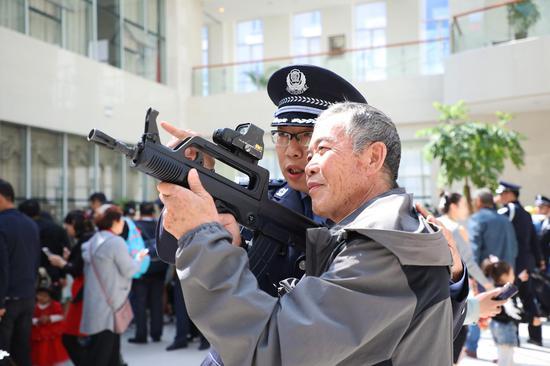 """新疆:200名特警家屬近距離感受""""另一半""""工作生活"""