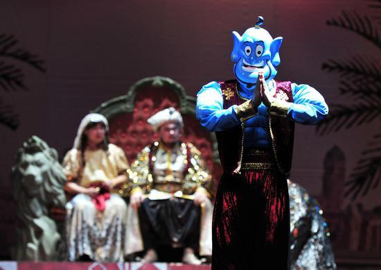 图为:一名演艺人员饰演的卡通人员在剧中表演。 张茵 摄