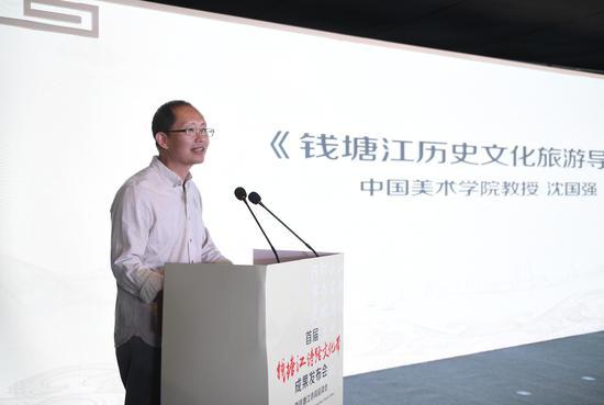 图为:中国美术学院教授沈国强介绍《钱塘江历史文化旅游导图》。  王刚 摄