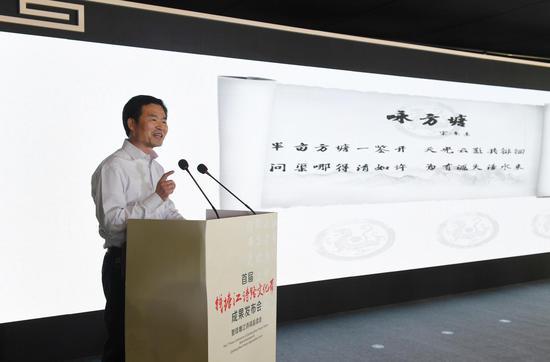 图为:杭州市诗联学会会长、淳安县委宣传部副部长章剑清吟诵诗词。  王刚 摄