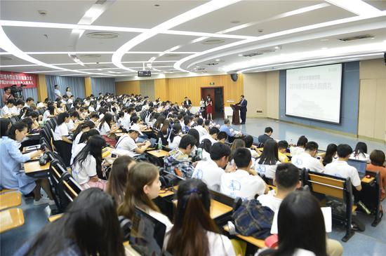 浙江大学管理学院2018级本科生入院典礼现场。郭力摄